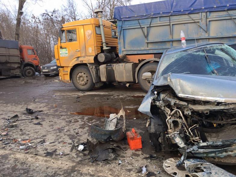 Наворонежской трассе «ГАЗель» врезалась вдва «КамАЗа»: один человек умер