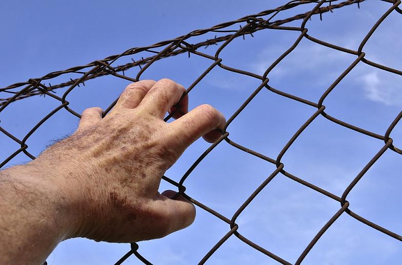 Заключенным Ростовской области пытались передать телефоны, спирт инаркотики