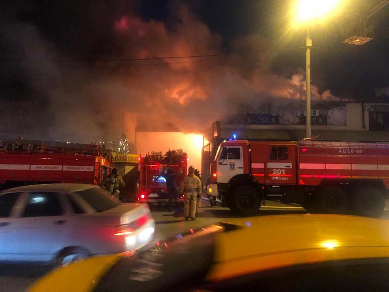 ВРостове зажегся  павильон спиротехникой, пожар охватил 4 тысячи квадратных метров